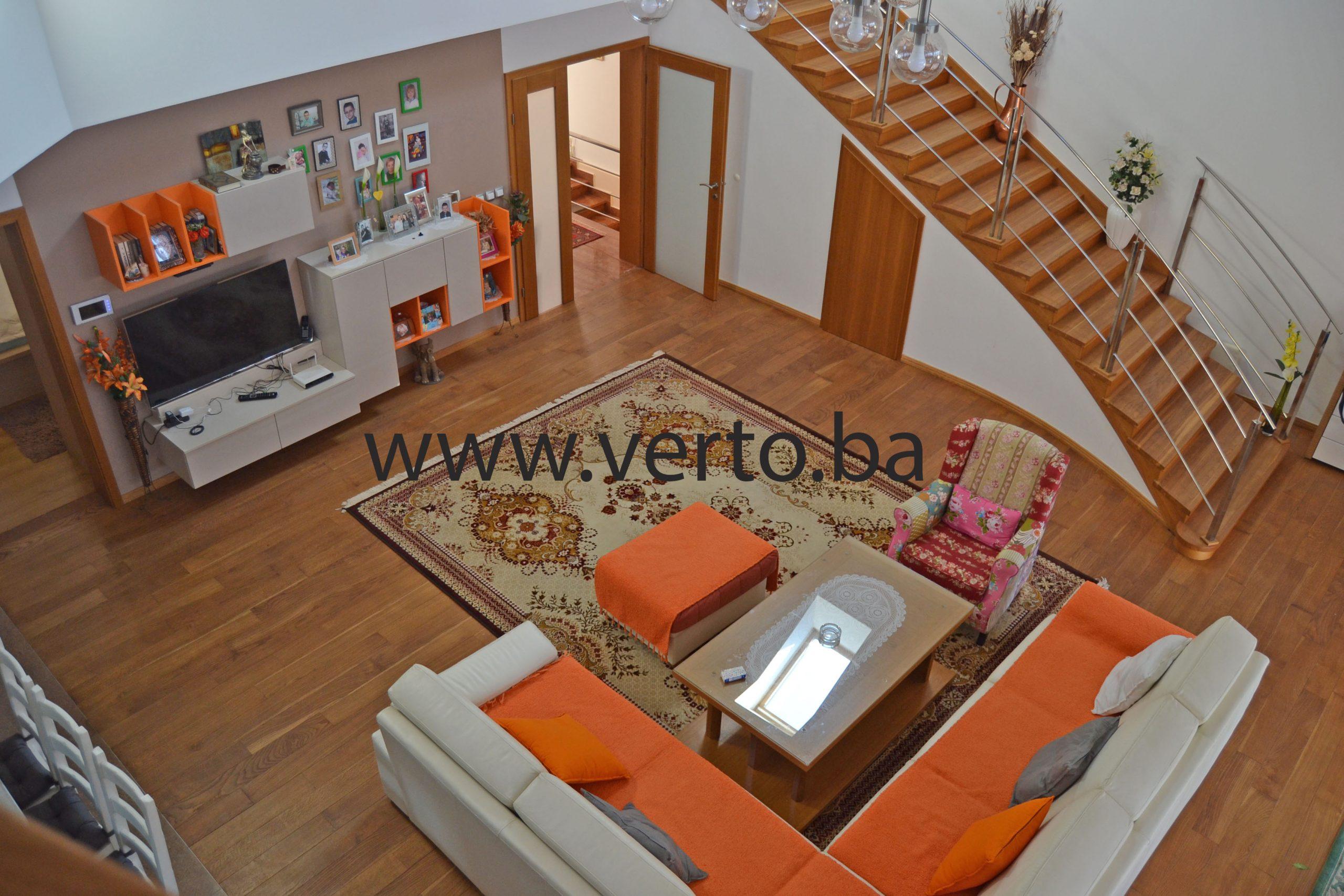 Prodaje se kuća, površine 570 m2, izgrađena na parceli od 374 m2, na mirnoj lokaciji u naselju Ši Selo, Tuzla
